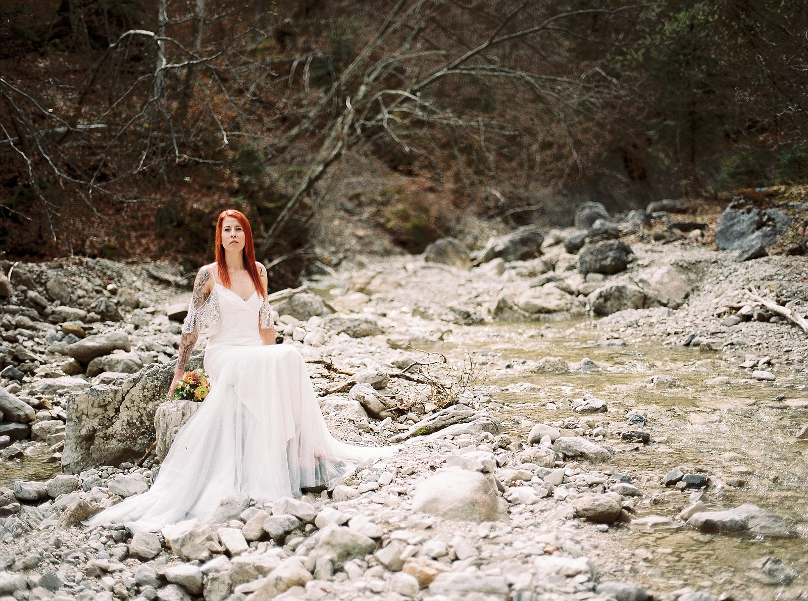 Braut am Flußbett